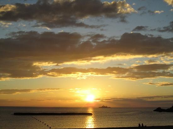 海と夕日と雲と船